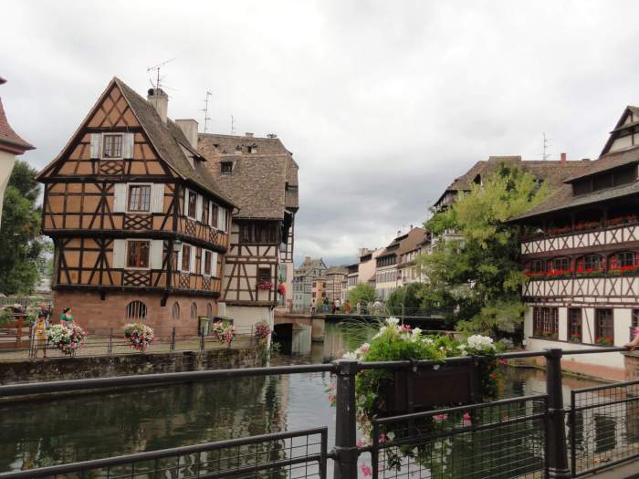 Kleurrijke huisjes langs water in oude stad Straatsburg