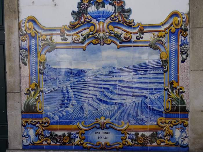 Blauwe Azulejos tonen de heuvels van Alto Douro