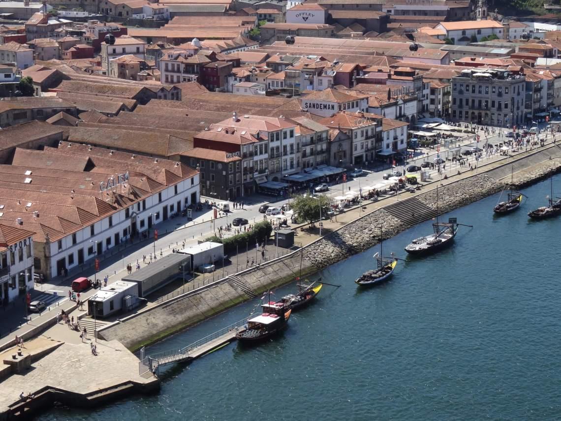 Kade van Porto met wijnhuizen en vrachtschepen