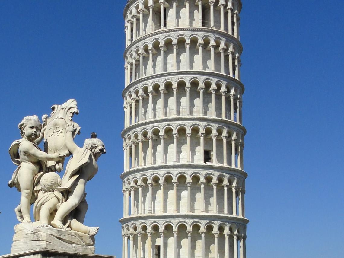 Toren van Pisa naast engelenbeeld met de tekst OPAPisa
