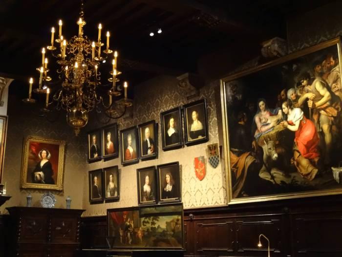 Schilderijen sieren de muur in Plantin Moretus meseum