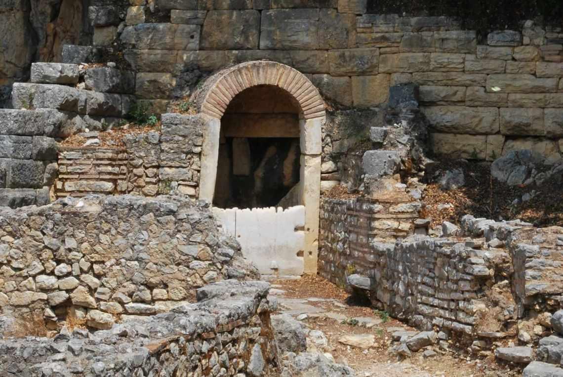Ruïnes van een huis met boograam in Butrint