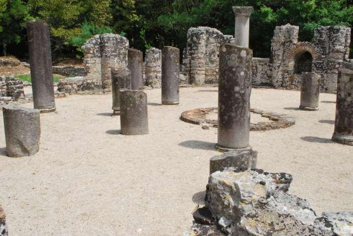 Zuilen van voormalige doopkerk in Butrint