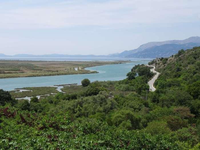 de natuur in de omgeving van Butrint is vol weelderig groen en meanderend water