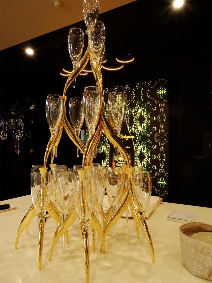 Luxe, op elkaar geplaatste champagneglazen