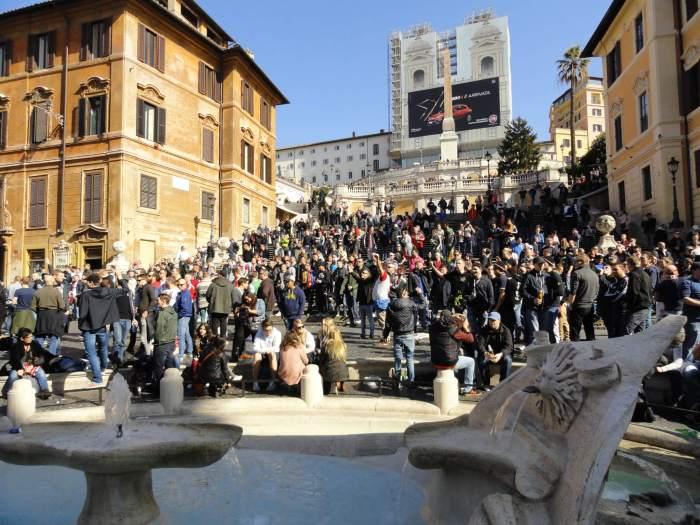 barbaren in Rome, Feyenoordhooligans verzamelen zich rond fontein van de lelijke boot