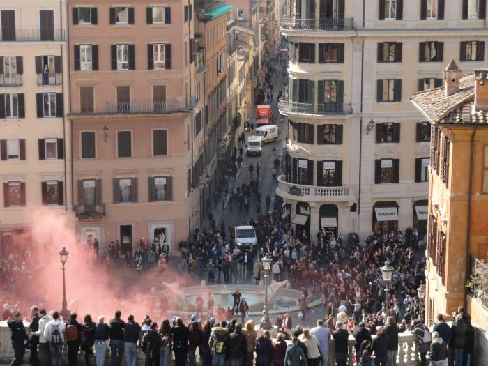 barbaren in Rome, Feyenoordhooligans steken rookbommen af onder Spaanse trappen