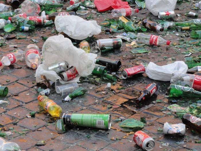 barbaren in Rome, Feyenoordhooligans laten bergen met rotzooi achter rond berninifontein