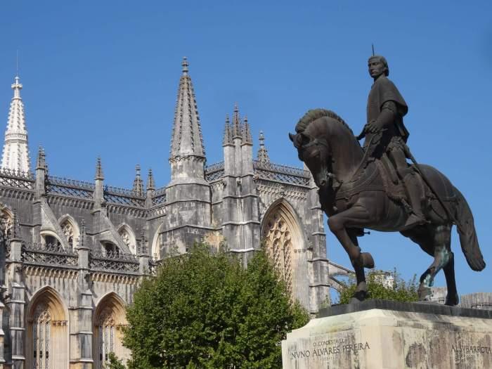 Standbeeld voor klooster Batalha. Het stelt de veldmaarschalk voor die de slag tegen de Castillianen wist te winnen