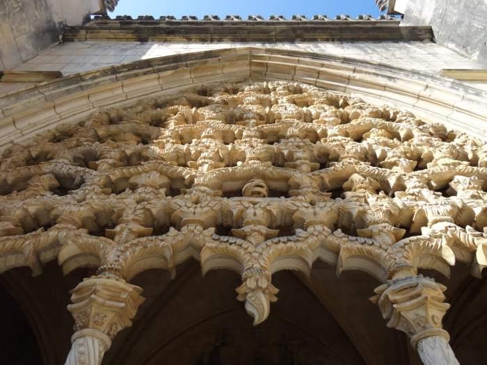 Manuelstijl in klooster Batalha. In het midden staat het armillarium