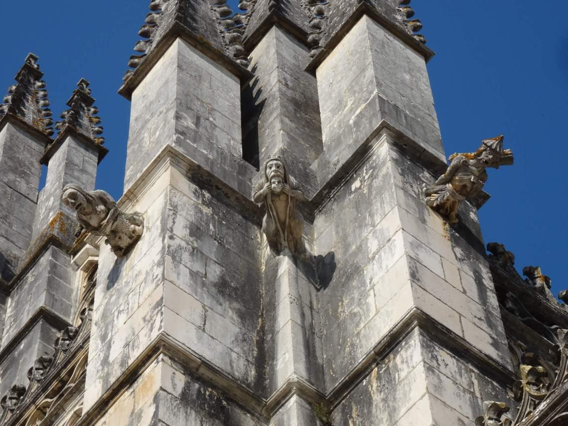 Drie waterspuwende monsters aan de gevel van Batalha klooster