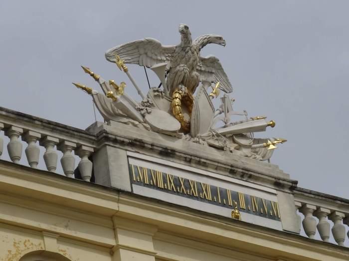 Het keizerlijke wapen van de Habsburgers bovenop het dak van paleis Schönbrunn
