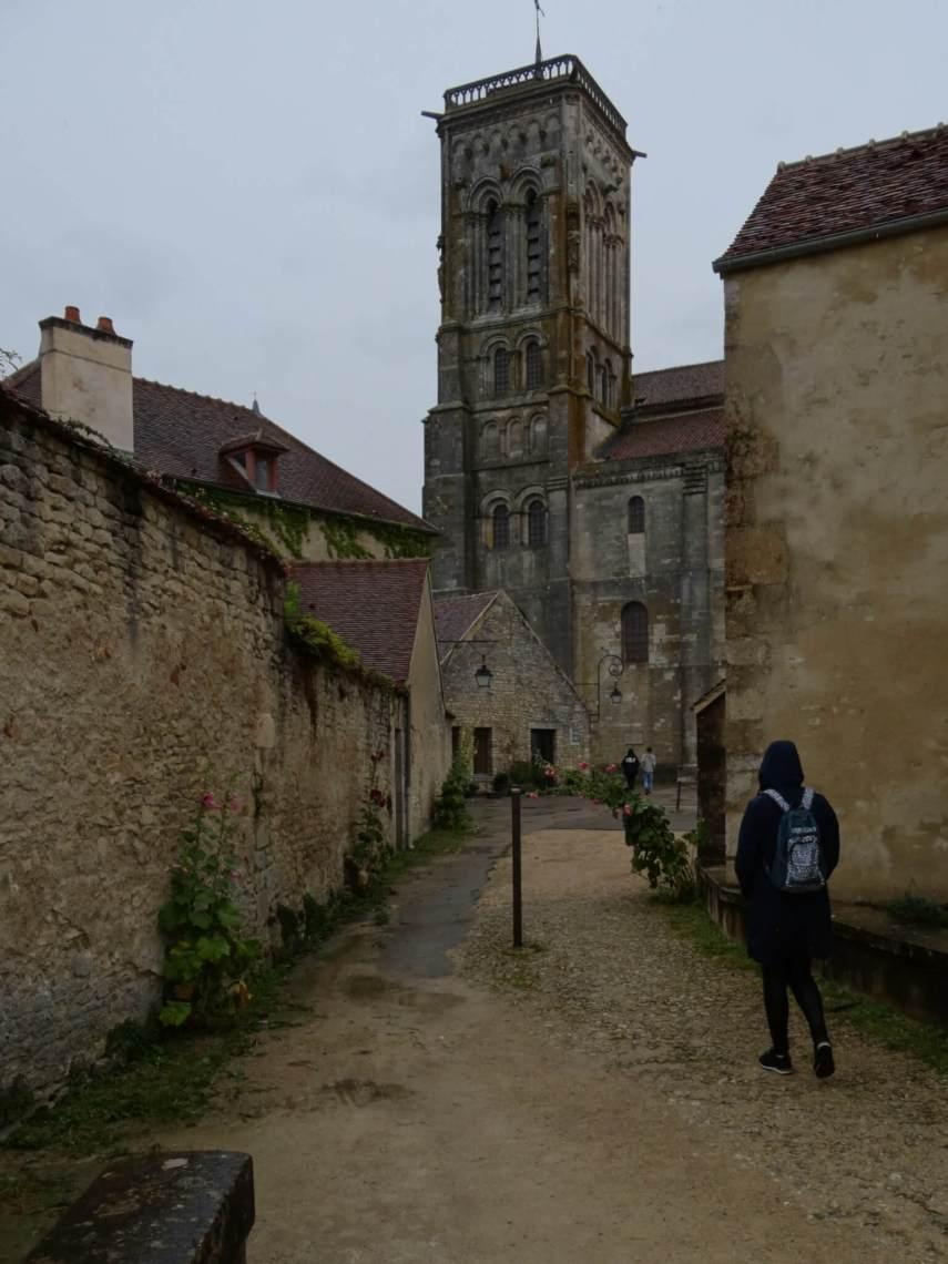 Toren van de basiliek gezien vanuit een steegje