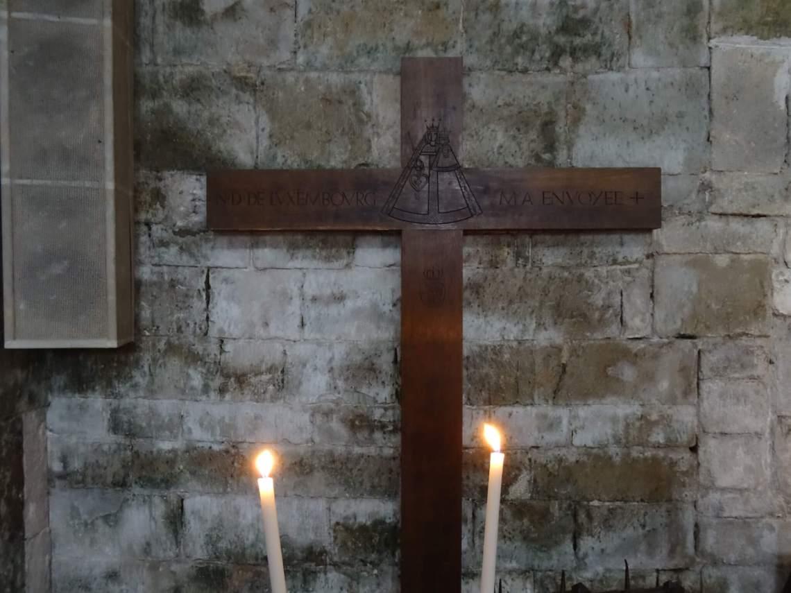 Houten kruis door kaarsen omringdMaria Magdalena