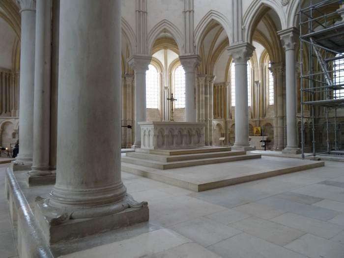 Sprankelend wit koor met altaar