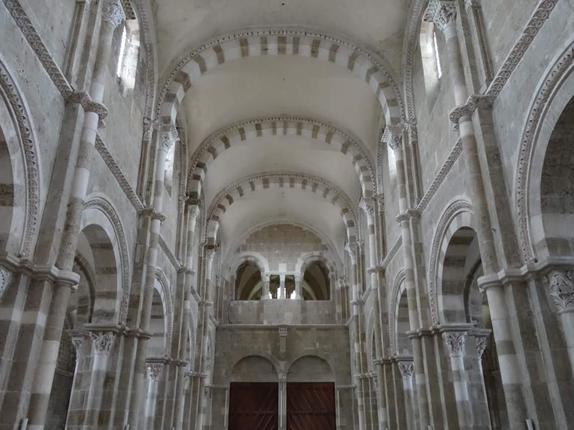 Schip kloosterkerk Vézelay met rood-witte bogen