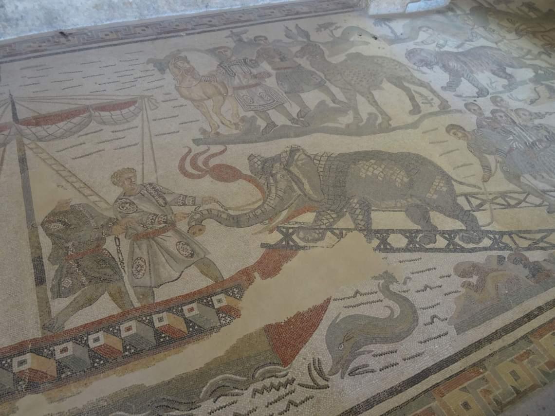 Mozaïek van olifant op loopplank schip in villa Romana del Casale
