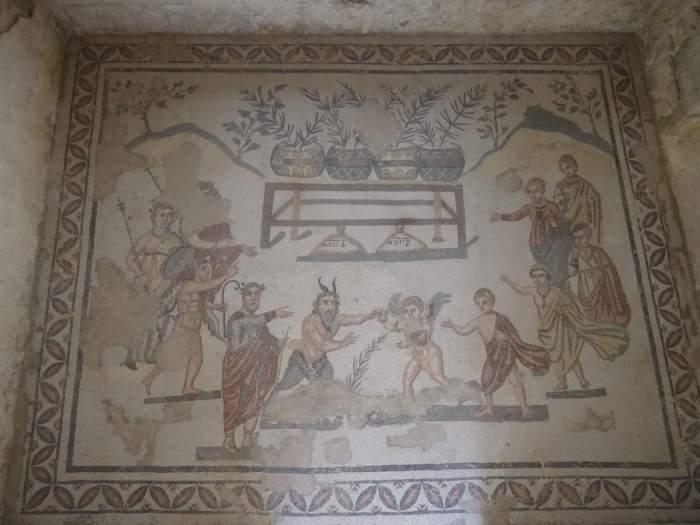 Mozaïek van vooraanstaande Romeinen en man met hoorns op zijn hoofd