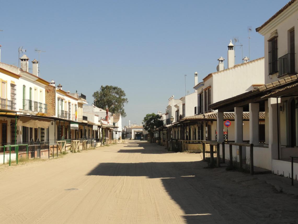 Witte huisjes langs zandweg in El Rocio