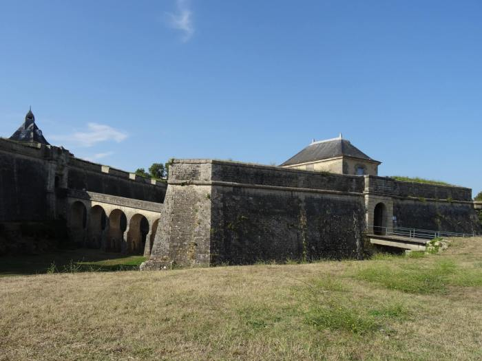 Poortgebouw met brug van vesting Vauban in Blaye