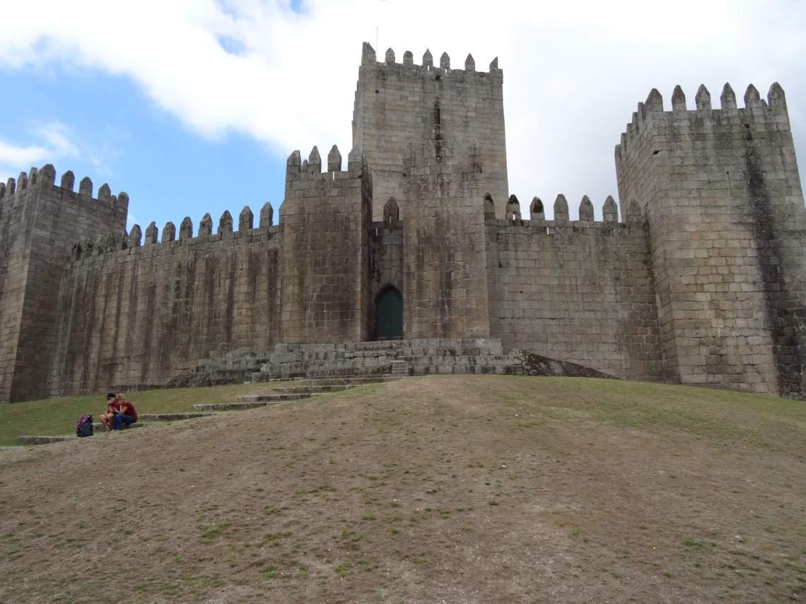 Kasteelingang geflankeerd door vijf torens met kantelen