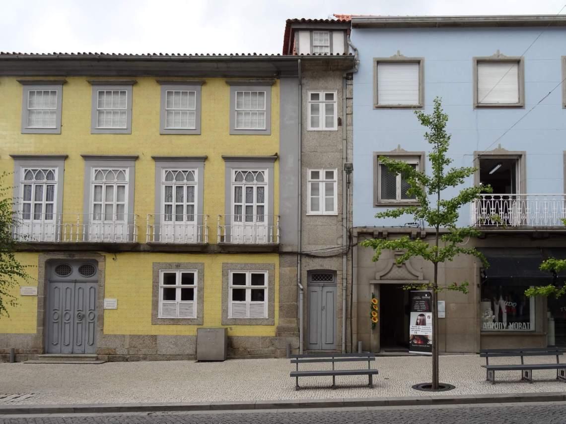 Kleurrijke gevelrij in Guimaraes