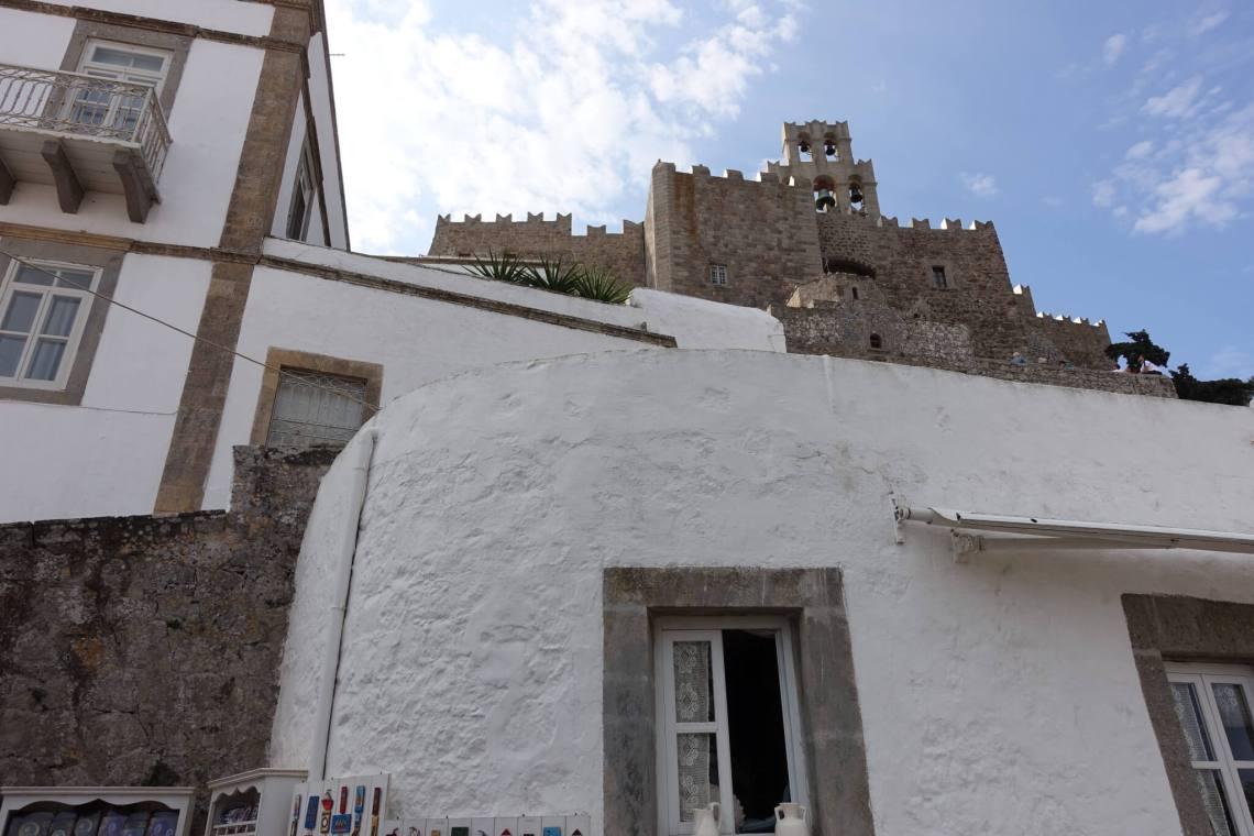 Wit huis met daarachter het burchtklooster van Patmos