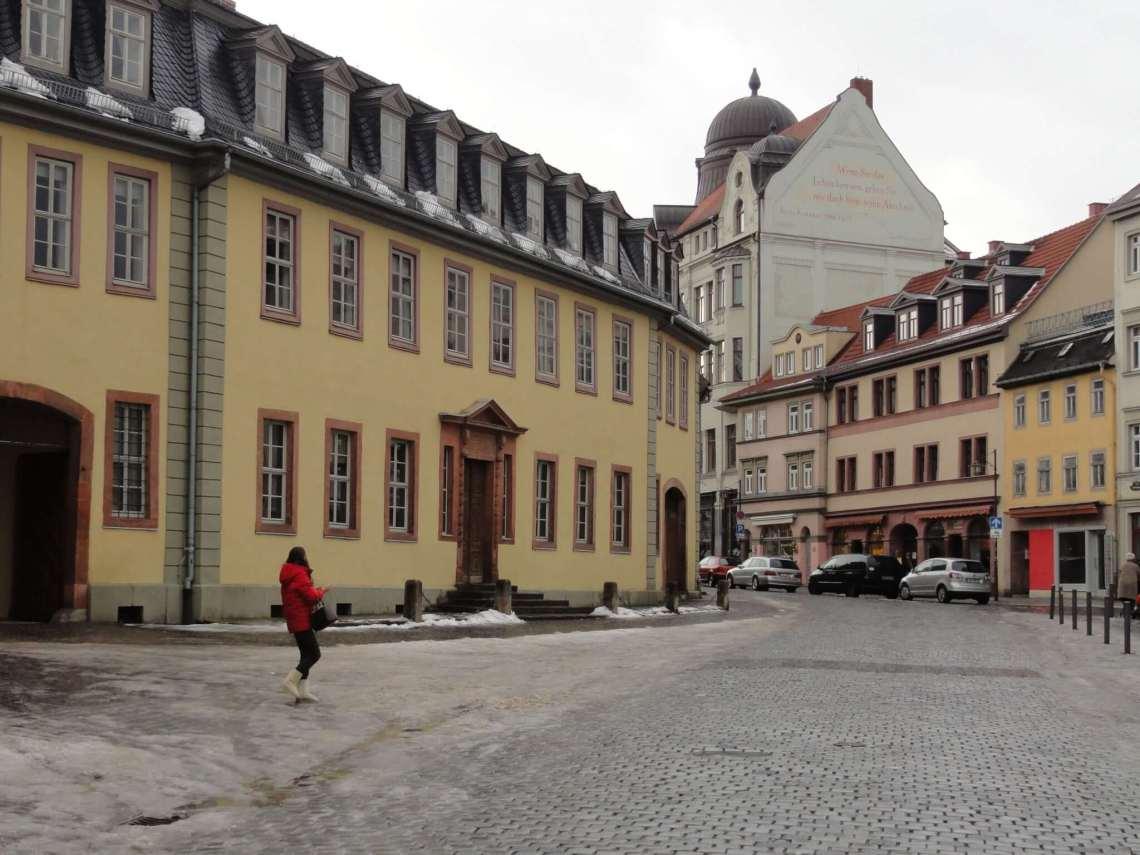 Stadsstraat met barokke huizen en restjes sneeuw