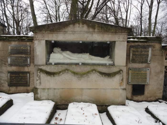 Sneeuw op het familiegraf van Goethe