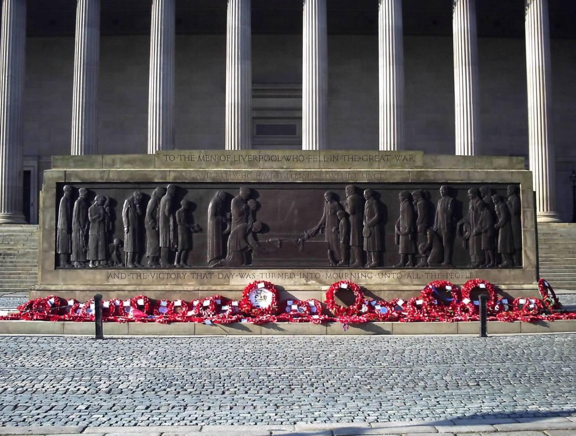 Monument ter ere van de gevallenen met bloemkransen