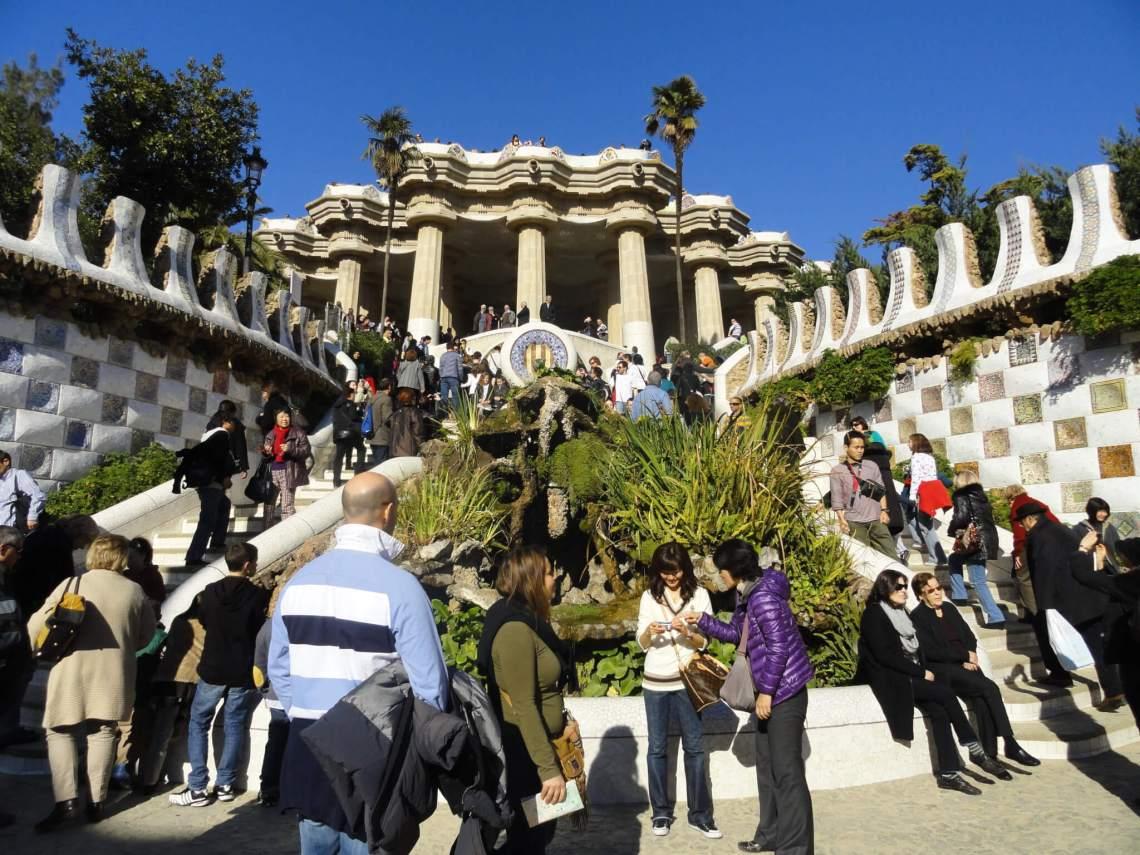 massatoerisme rond monument in Parc Güell