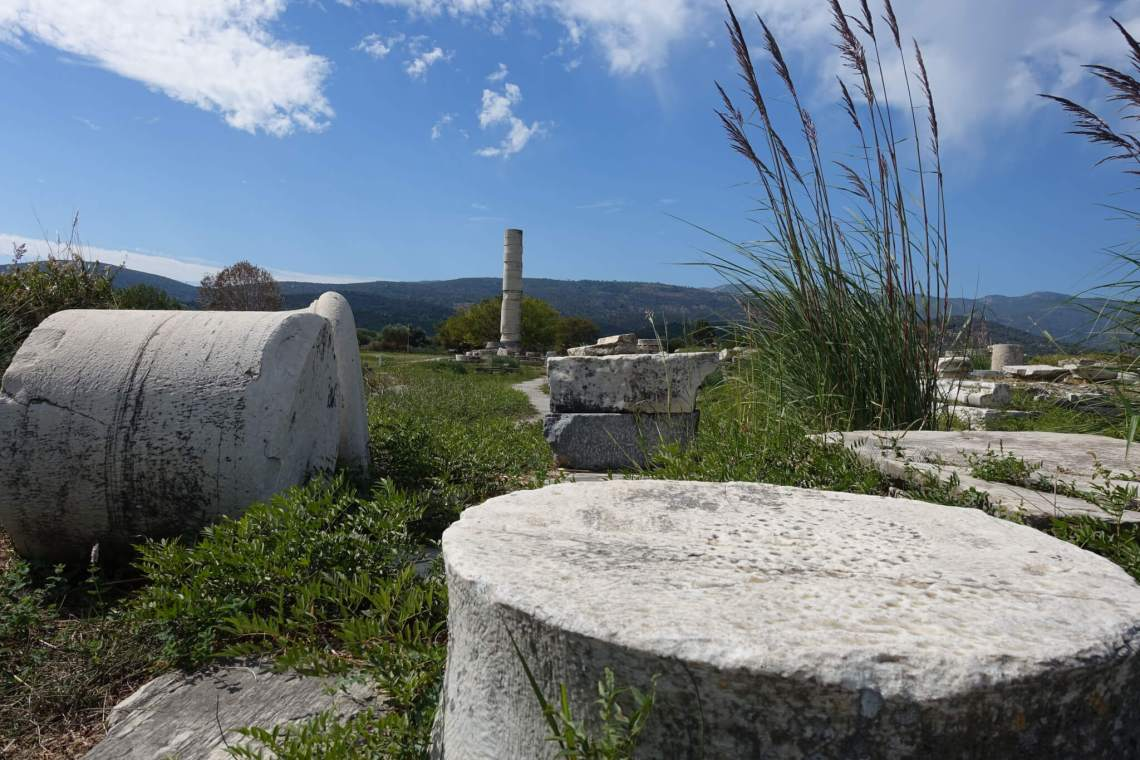 Marmeren tempeldelen verspreid in het veld