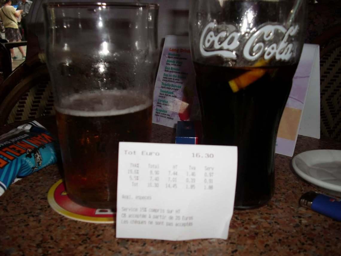 bier- en colaglas met gepeperde rekening