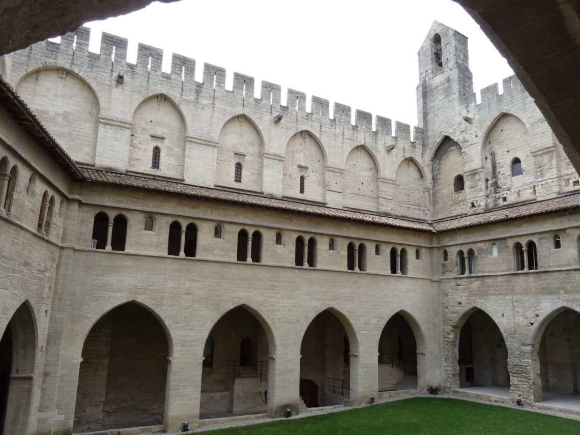 binnenhof van paleis van de paus in Avignon
