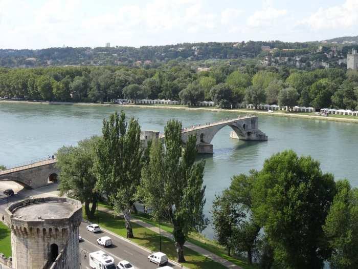 Bovenaanzicht van brug over de Rhone in Avignon