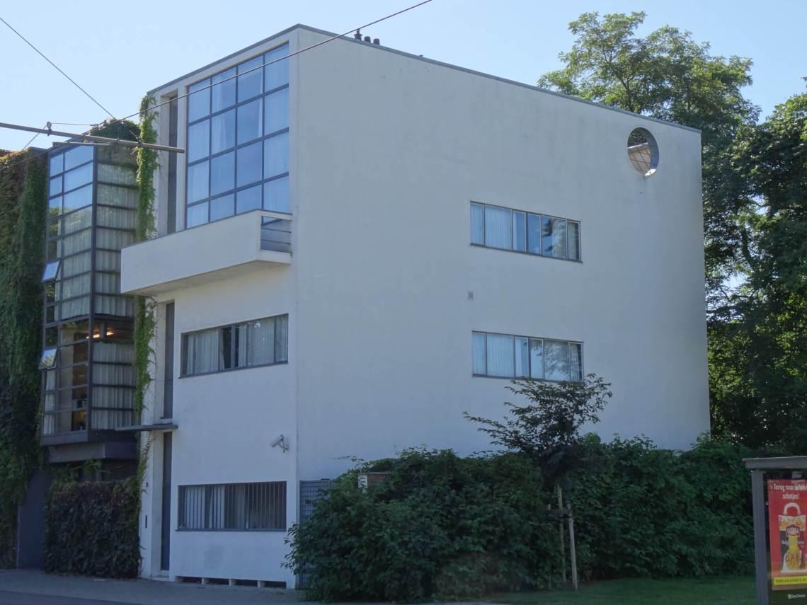 Zijaanzicht op Huize Guiette, een ontwerp van sterarchtect Le Corbusier in België