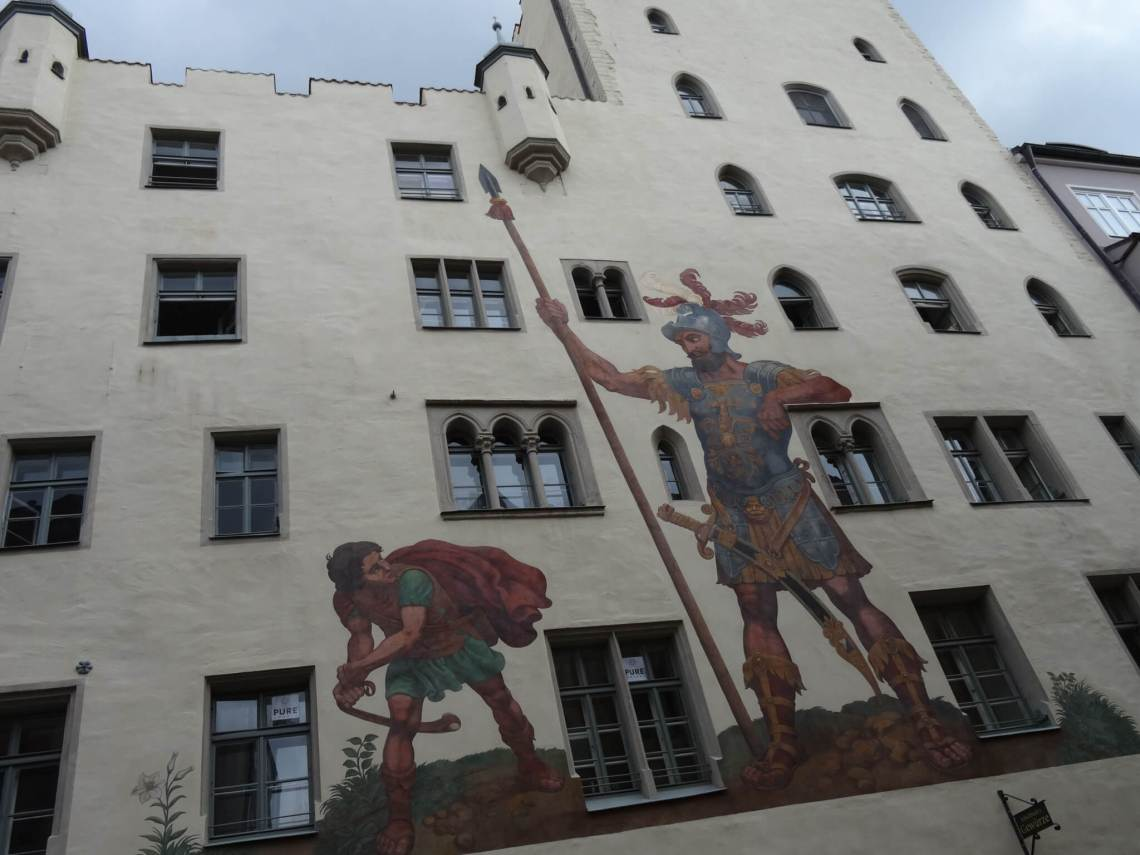 Goliathhuis Regensburg met muurschildering van David en Goliath op voorgevel