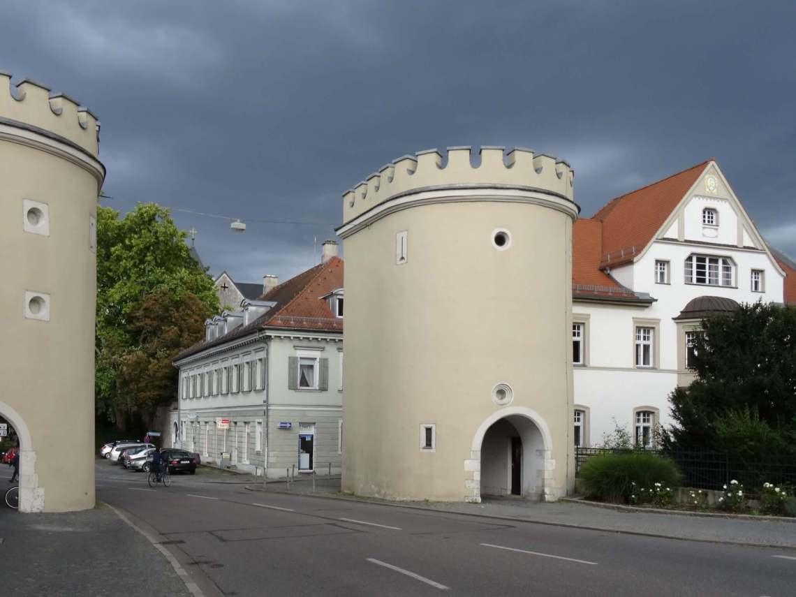 Toegangspoort Regensburg onder een grijs wolkendek