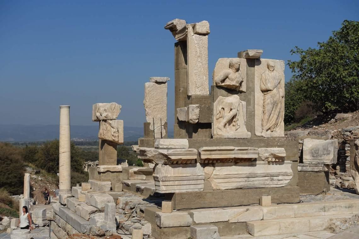 Ten dele weer gereconstrueerde tempel met beeldhouwwerk in de muren