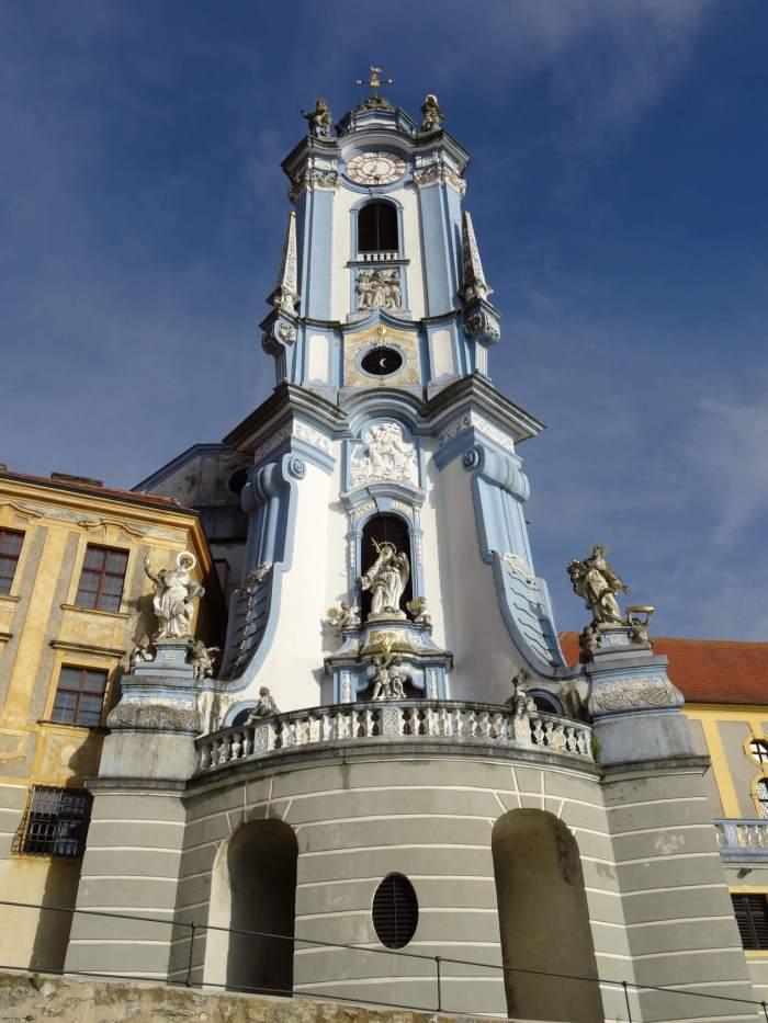 Hemelsblauwe kerktoren in Dürnstein