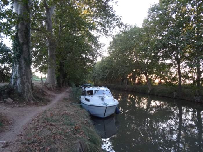 Jacht aan de waterkant van het Canal du Midi