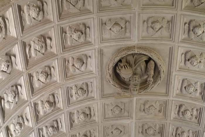Christusfiguur komt uit een cassetteplafond met engelen tevoorschijn