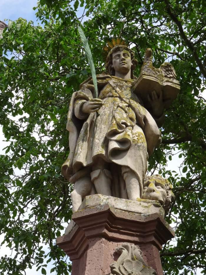 Sint Vitus voor het klooster van Corvey met aan zijn voeten een leeuw, en een adelaar bij zijn hoofd