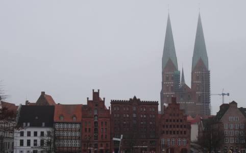 Stadsgezicht Lübeck met koophuizen en kerktorens