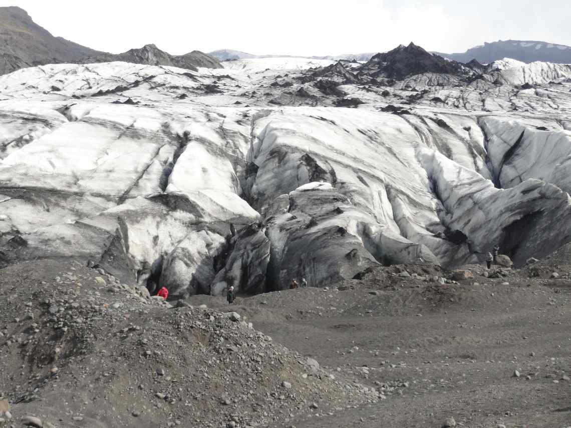Zwart-witte ijsmassa op puinvlakte