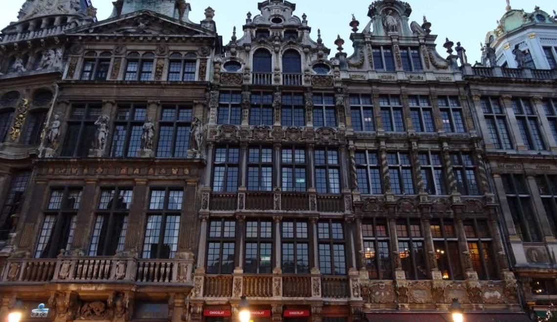 Rijtje rijk gedecoreerde gildehuizen op de Grote Markt van Brussel