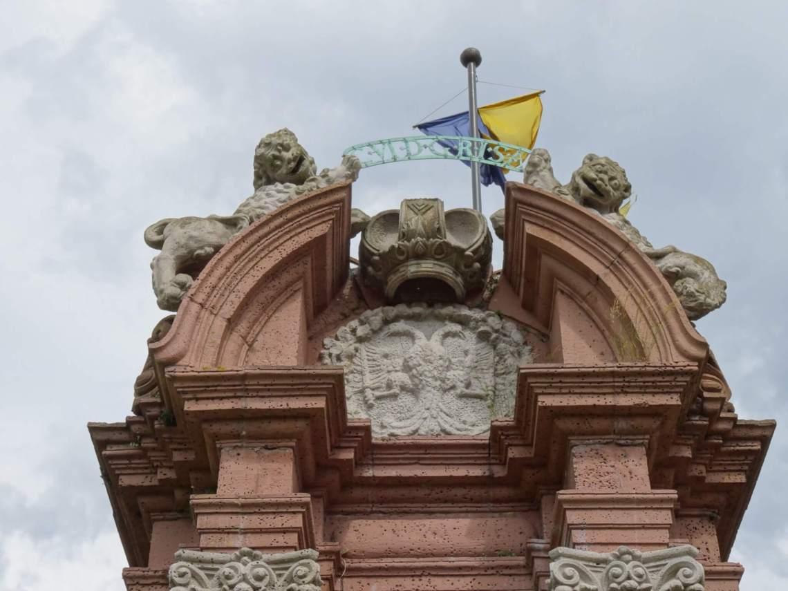 Dubbelkoppige adelaar met daarboven een kroon en geflankeerd door twee leeuwen