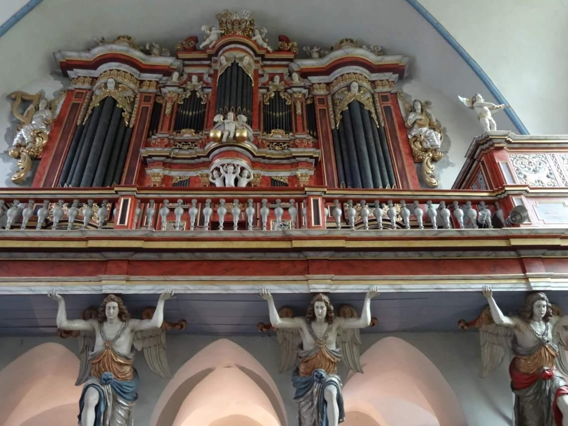Barok klooster wordt door de vier aartsengelen gedragen