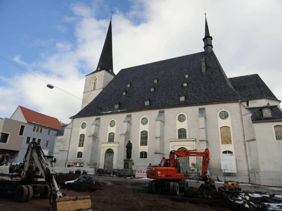 Graafmachines en standbeeld voor de zwartgrijze kerk in Weimar waar herder predikte