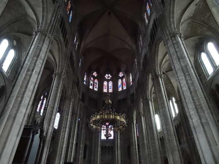 Opwaartse blik naar gouden kroonluchter in het midden van de kathedraal van Bourges